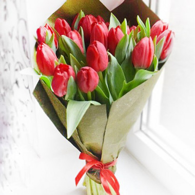 Букет из 17 тюльпанов в крафт-бумаге