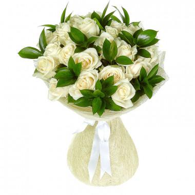 Букет из 25 белых роз с зеленью